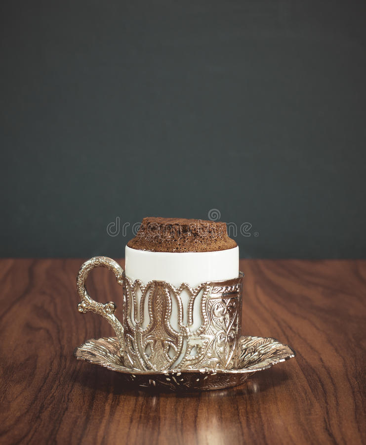 土耳其咖啡在传统铜服务集合服务 库存照片