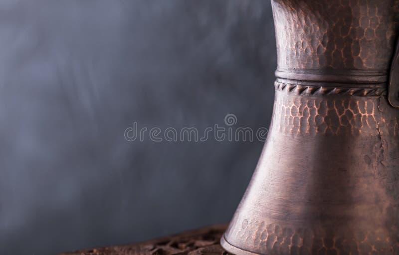 土耳其咖啡从权利的酿造罐 库存图片
