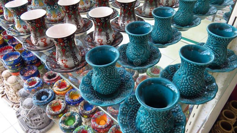 土耳其土耳其玉色Ceremic茶杯集合在商店 库存照片