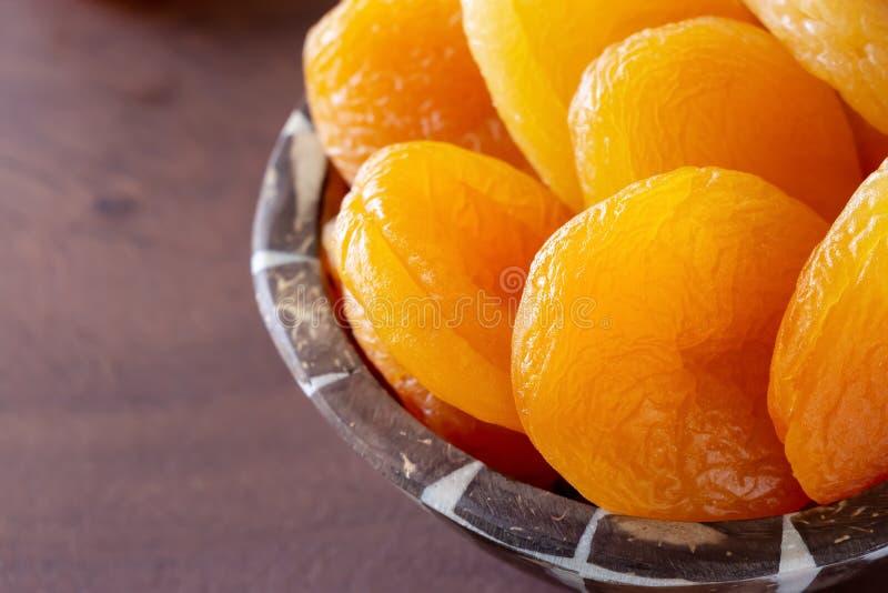 土耳其在木碗的庞然大物杏干 概念健康快餐 免版税库存照片