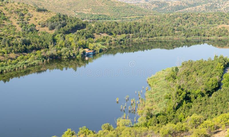 土耳其安卡拉阳光明媚的日子里,Eymir Lake湖的景色 库存照片