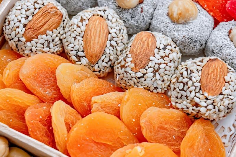 土耳其快乐糖东方甜点烘干了果子和坚果在一个木箱 背景 健康素食主义者食物 豆红萝卜花椰菜食物自然字符串蔬菜 有选择性 免版税库存照片