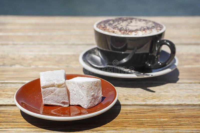 土耳其快乐糖(lokum)混合药剂用黑品尝咖啡 免版税库存图片