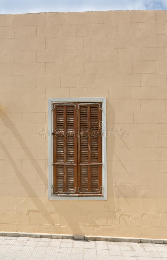 土耳其无背长椅建筑学-闭合的窗口接近的看法与木快门的 库存照片