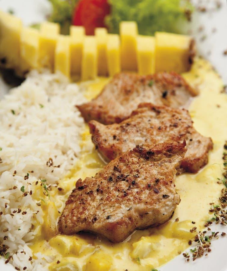 土耳其母鸡内圆角装饰用米、菠萝和咖喱汁 免版税库存照片