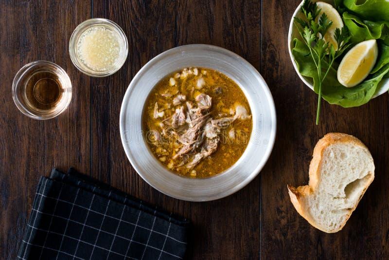 土耳其汤Beyran用羊羔肉、米、切好的大蒜和醋调味汁供食用沙拉 免版税图库摄影