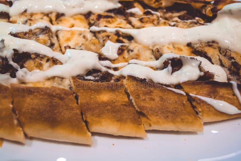 土耳其烹调 小船Pide 是可能食物自创饼 新鲜的酥皮点心 肉鲜美盘 库存照片