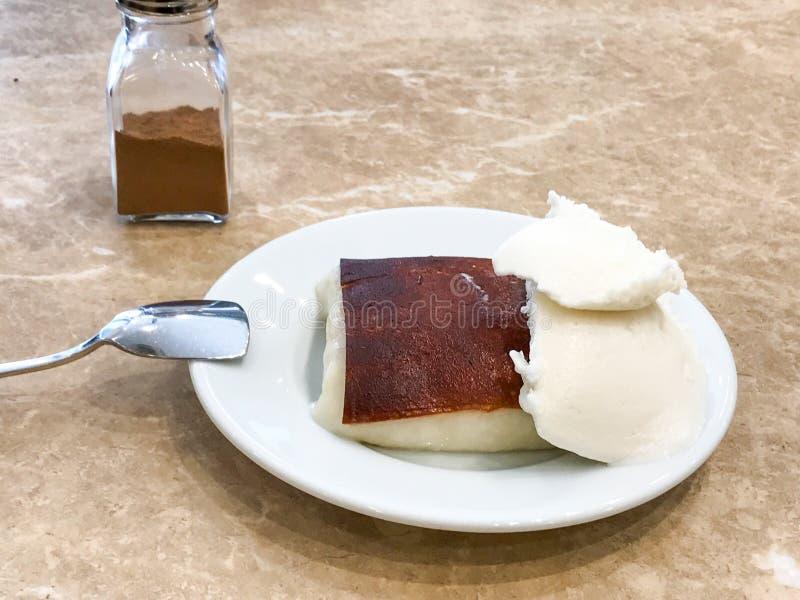 土耳其牛奶与冰淇凌和桂香粉末的被烘烤的布丁Kazandibi 免版税库存照片
