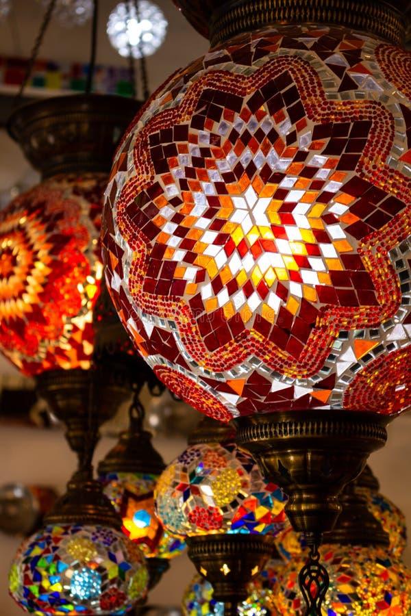 土耳其的典型的灯 五颜六色的古色古香的灯 斋月灯  免版税库存图片