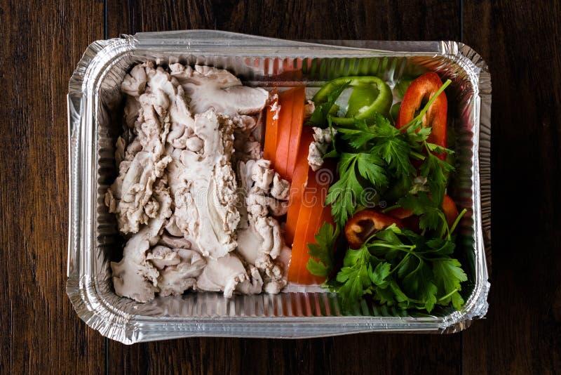 土耳其肠肚杂碎食物羊羔脑子包裹用沙拉/Beyin塑料盒容器的索古斯 免版税库存图片