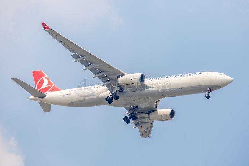 土耳其航空或空中航线飞机或航空器在登陆对Suvanabhumi机场的天空 库存图片