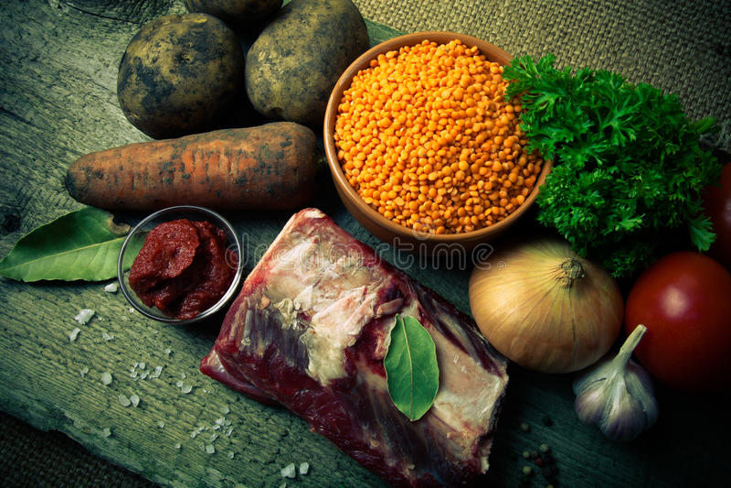 土耳其蔬菜汤的成份用红色小扁豆,说谎  免版税库存照片