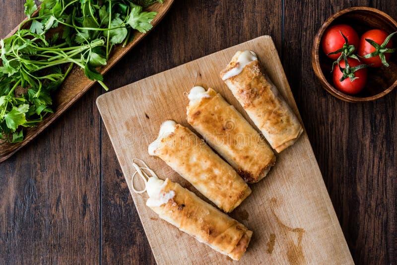 土耳其语与pastirma和切达乳酪的Pacanga Boregi熔化了乳酪/borek 免版税库存图片