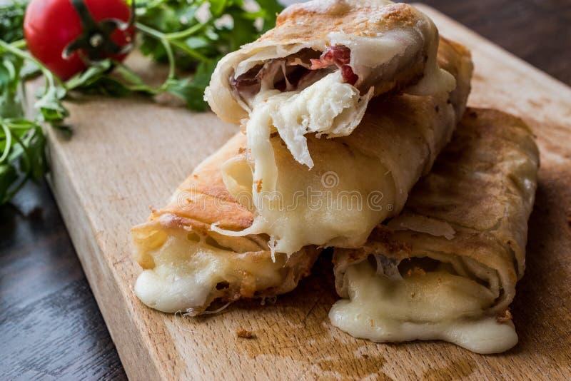 土耳其语与pastirma和切达乳酪的Pacanga Boregi熔化了乳酪/borek 库存图片