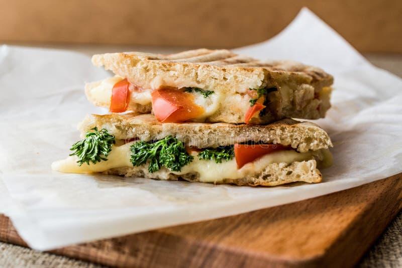 土耳其语Bazlama Tost/多士三明治用熔化乳酪、蕃茄和莳萝 库存图片