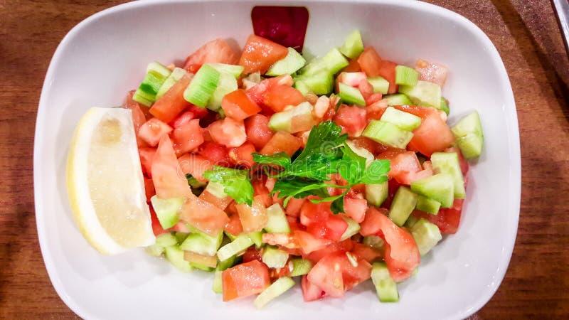 土耳其语Coban salata或牧羊人沙拉在白色碗 库存图片