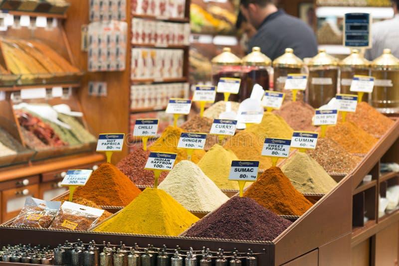 土耳其香料在盛大香料义卖市场 五颜六色的香料在伊斯坦布尔上,土耳其香料市场  免版税库存照片