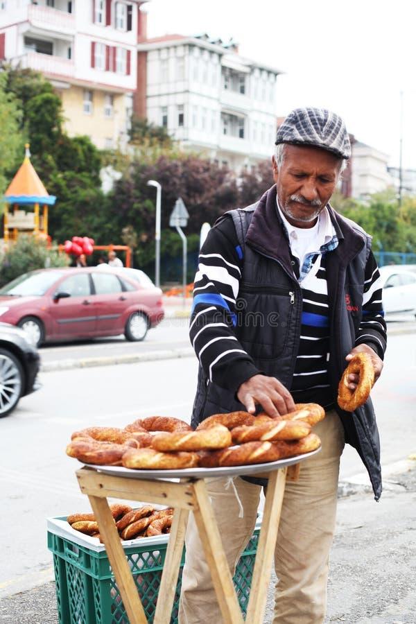 土耳其,伊斯坦布尔10 22 2016 - 土耳其人卖在街道上的simits 库存图片