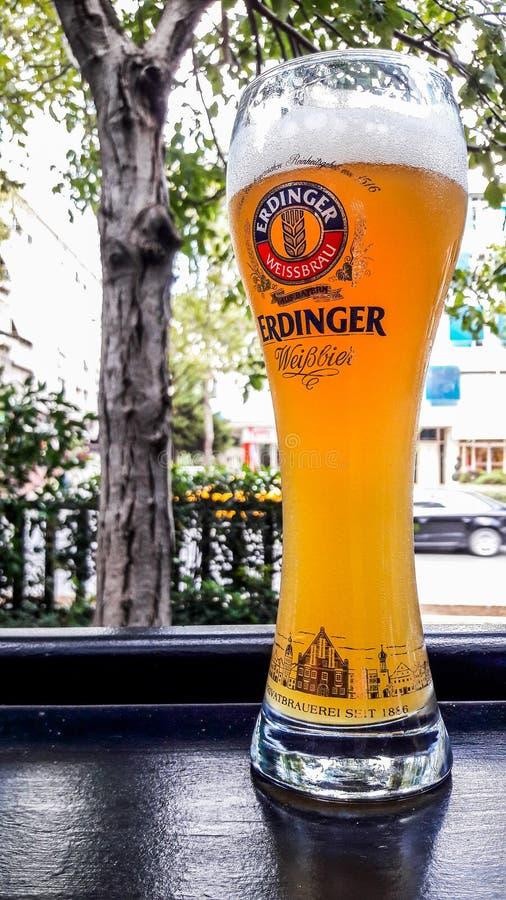 土耳其,伊斯坦布尔- 2016年12月29日:埃丁格在客栈的庭院的啤酒杯 库存图片