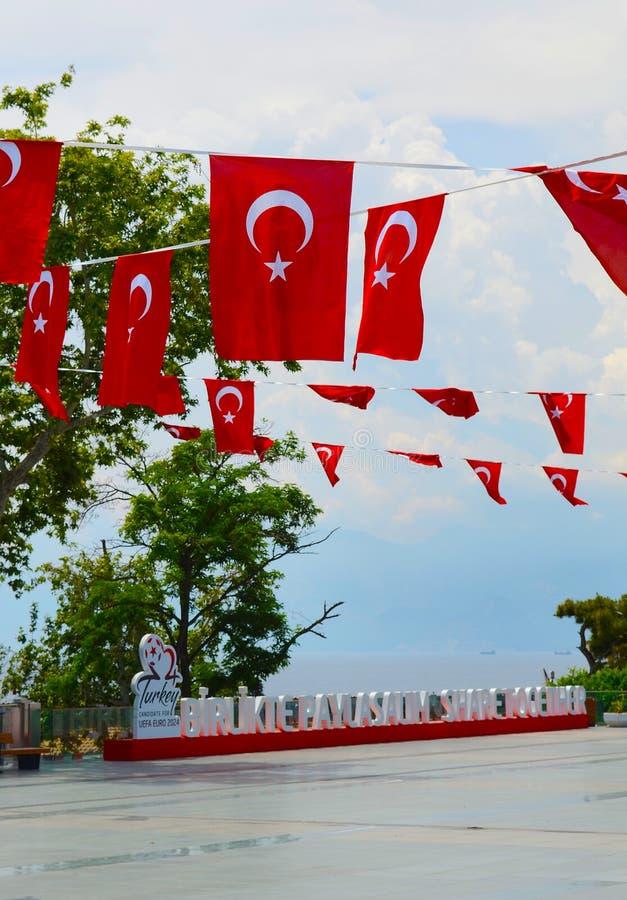 土耳其,安塔利亚, 5月10,2018 土耳其欧元2024年口号Birlikte Paylasalim,从土耳其语的翻译作为一起份额 免版税库存照片