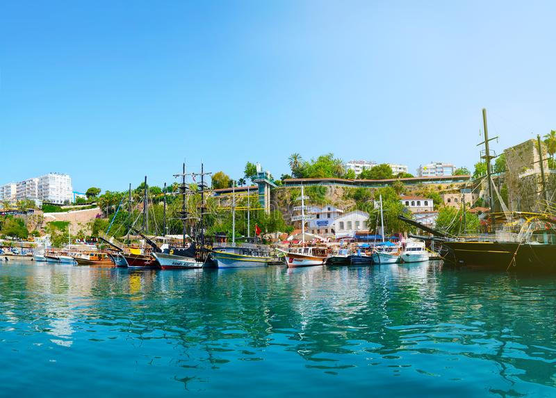 土耳其,安塔利亚, 5月10,2018 在安塔利亚港的美丽的游艇反对城市的背景的 免版税库存照片