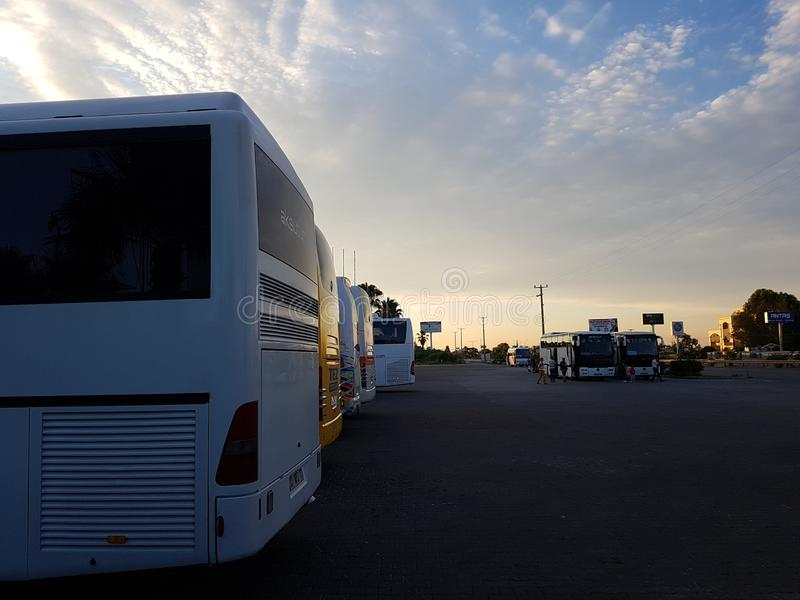 土耳其,安塔利亚,Yukarikocayatak Mahallesi,20 06 2018年:游览车做了止步不前在黎明 免版税库存照片