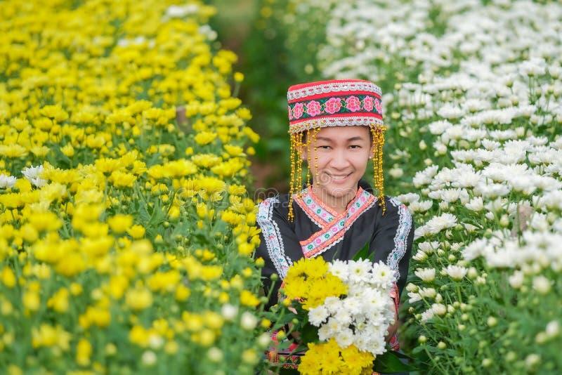 土著人民在泰国北部和菊花的汇集在庭院里 图库摄影