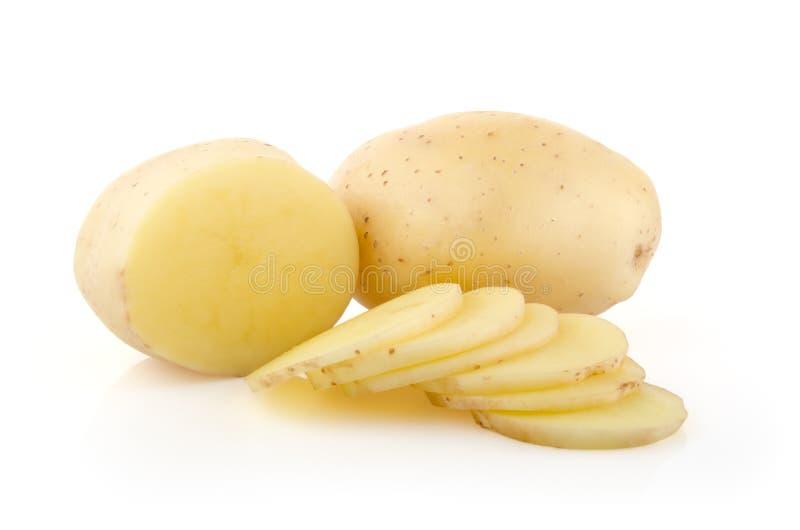 土豆和切片在白色 免版税库存照片