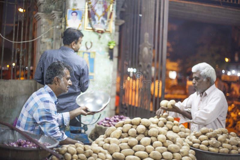土豆和葱卖主在贾姆讷格尔,印度 库存照片