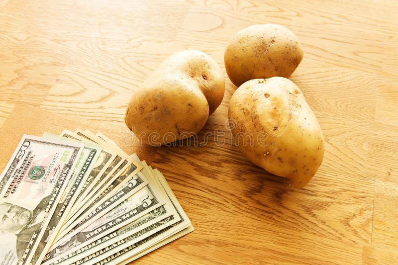 土豆和金钱 库存图片