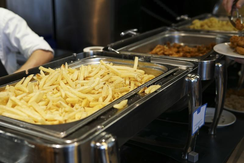 土豆在餐馆的厨房里所有包含早餐午餐晚餐 库存图片