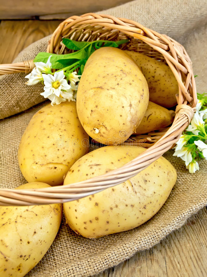 土豆染黄与在篮子的花在袋装 图库摄影
