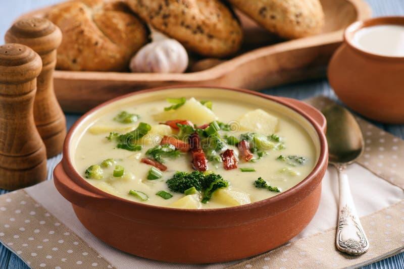 土豆汤用硬花甘蓝、乳酪和烟肉 免版税库存图片