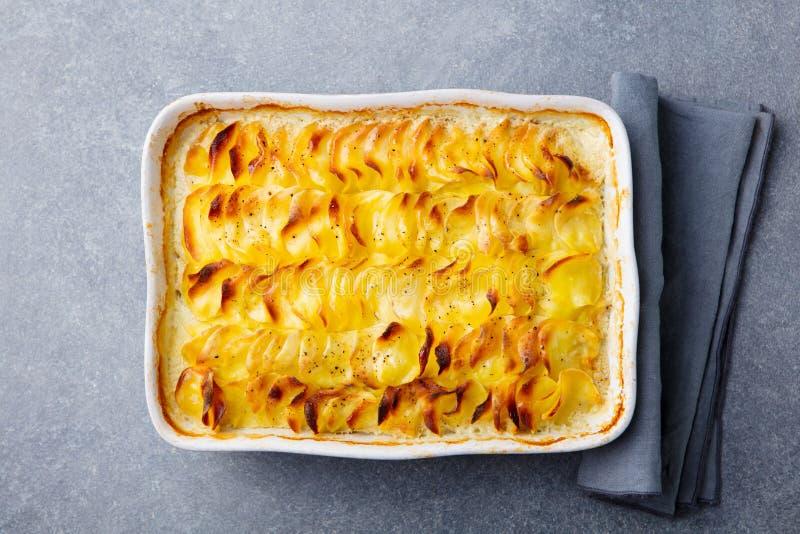 土豆焦干酪,支持的土豆切片用乳脂状的调味汁 顶视图 免版税库存图片