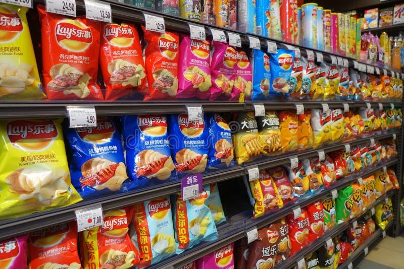 土豆片和快餐在包装待售 免版税库存照片