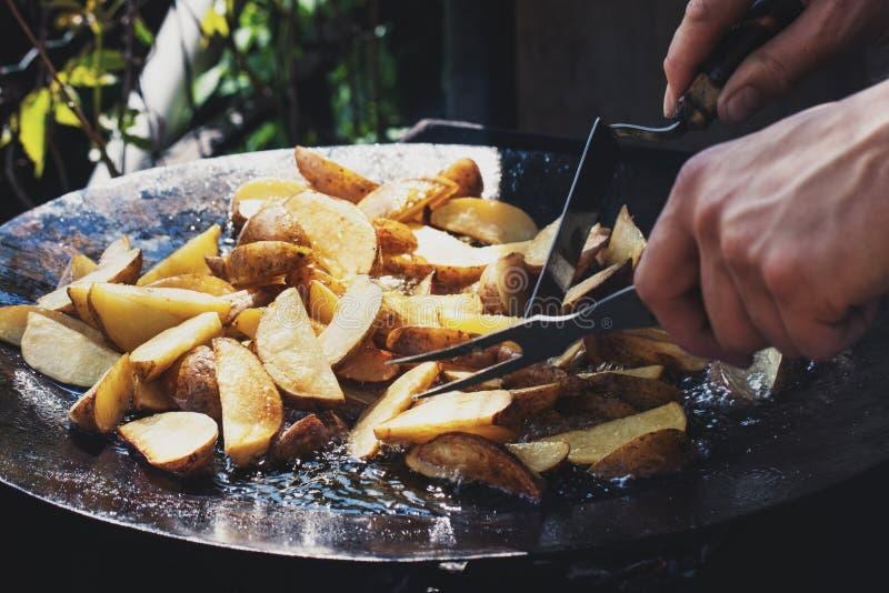 土豆片断在煮沸的油油煎 蛋白甜饼 街道食物 免版税图库摄影