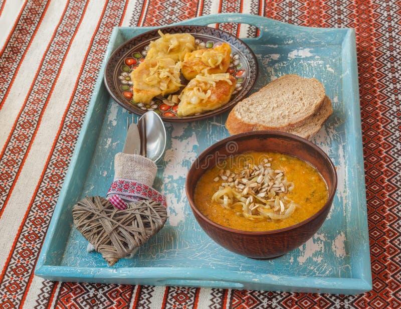 土豆菱形用油煎的葱和南瓜汤在盘子 图库摄影