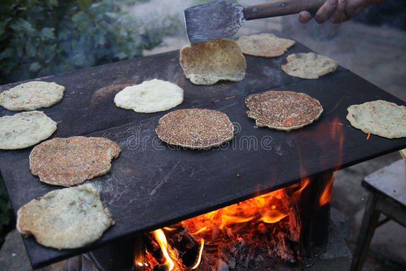 土豆薄烤饼厨师 库存图片