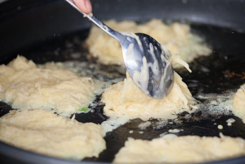 土豆薄烤饼或者马铃薯饼特写镜头视图,油煎在油 免版税库存图片