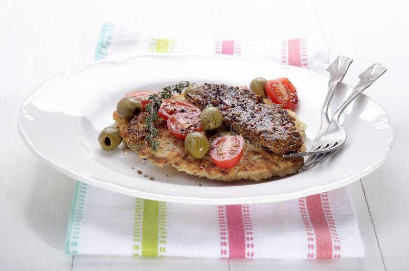 土豆薄烤饼用熏制的鲭鱼 免版税库存照片