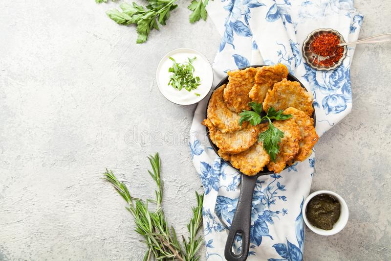 土豆马铃薯饼传统犹太薄煎饼 免版税图库摄影