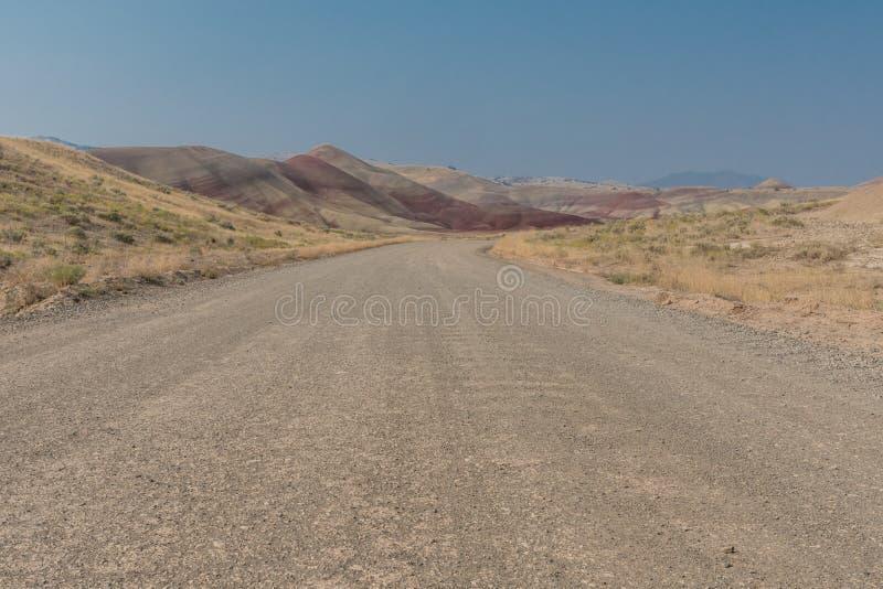 土路低角度对被绘的小山 免版税库存图片