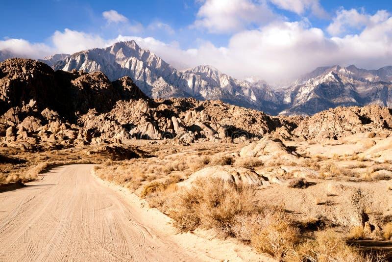 土路到阿拉巴马小山内华达山范围加利福尼亚里 库存图片