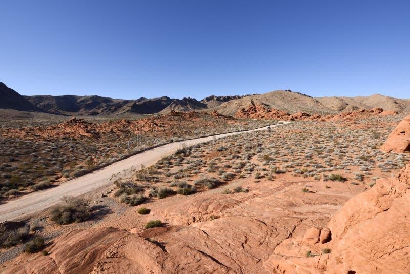 土路在岩石沙漠 免版税库存图片