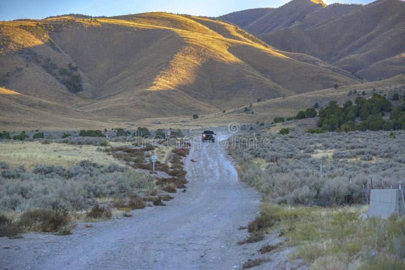 土路有在风景犹他谷的山景 免版税库存图片