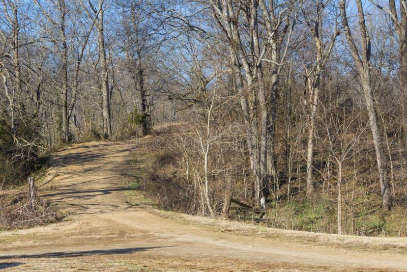土路的交叉点在一个贫瘠冬天风景的 免版税库存照片