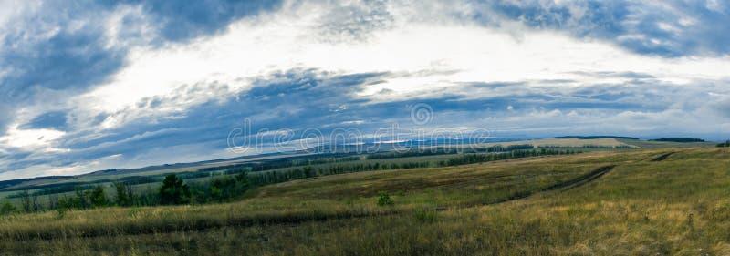 土路通过黄昏的草甸 图库摄影