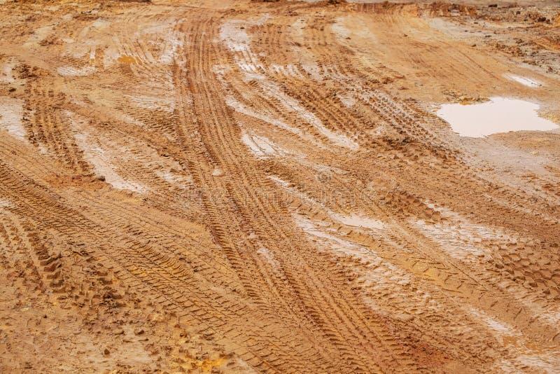 土路,与轮胎轨道的都市非沥青交通方式许多车的类型 库存图片
