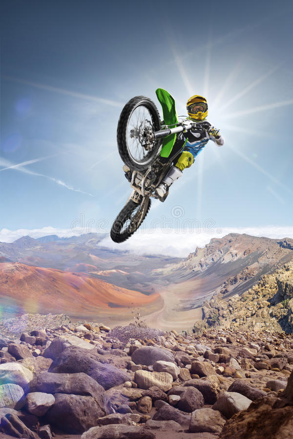 土飞行高在上面的自行车车手vulcan 免版税库存图片