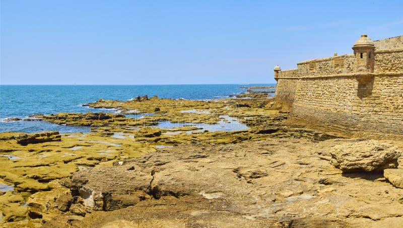 圣・萨巴斯蒂安城堡,一个堡垒在La Caleta海岛 卡迪士,西班牙 免版税库存图片